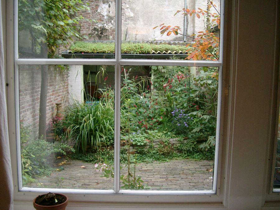 Stadstuin door het raam